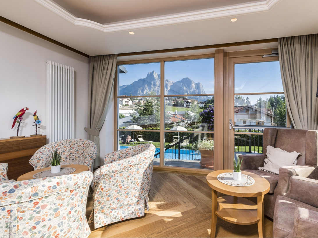 Soggiorno con vista Dolomiti Hotel Villa Kastelruth