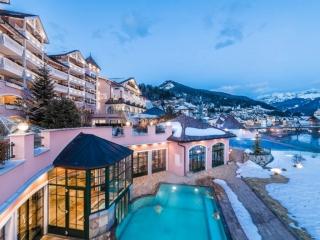 Vista invernale esterna Cavallino Bianco con piscina, Ortisei