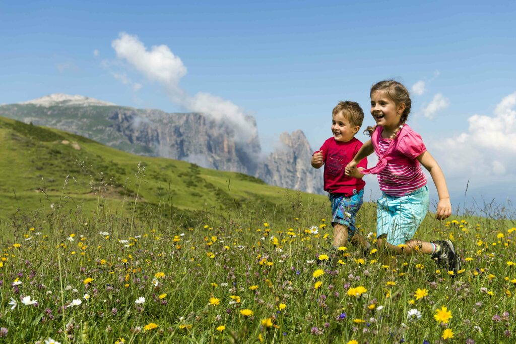 Bambini che corrono sull'Alpe di Siusi