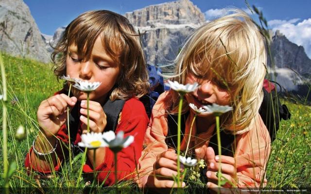 bambini che annusano dei fiori
