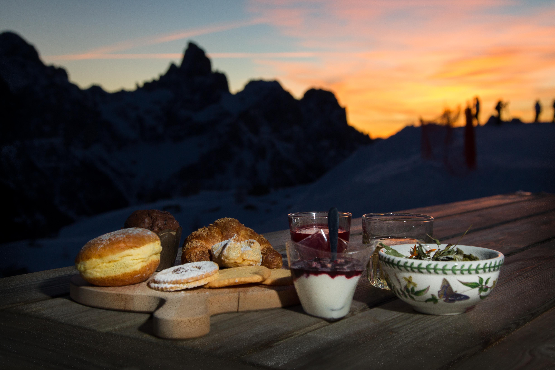 Colazione all'alba in rifugio d'inverno