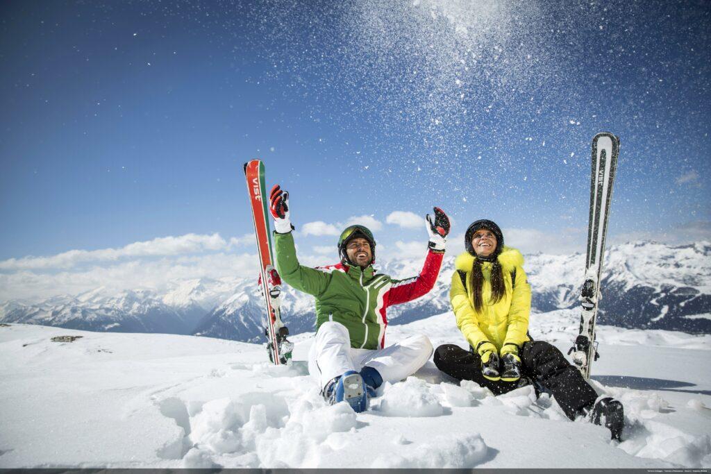 Coppia felice sulla neve