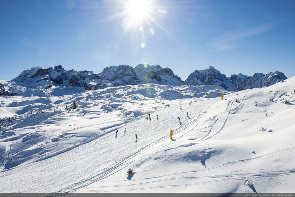 Piste da sci con panorama Dolomitico