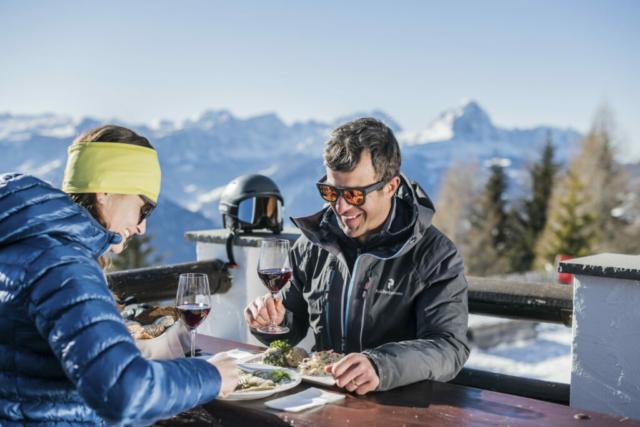 Coppia che pranza in rifugio d'inverno