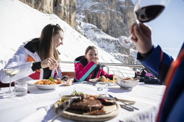 Famiglia che pranza in rifugio d'inverno