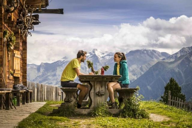 Coppia che pranza in rifugio d'estate